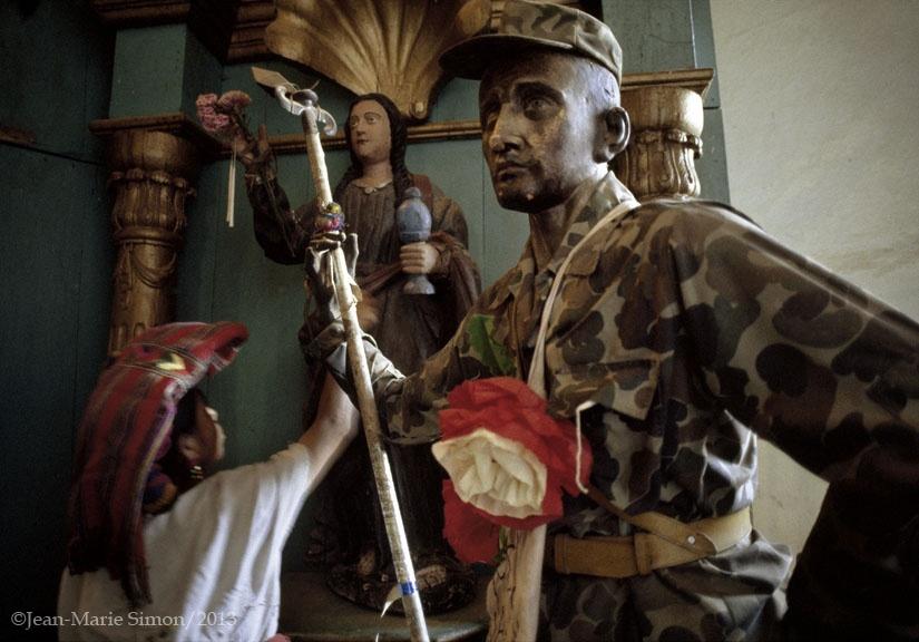 Estatua religiosa vestido con uniforme militar en Chajul, Quiché.