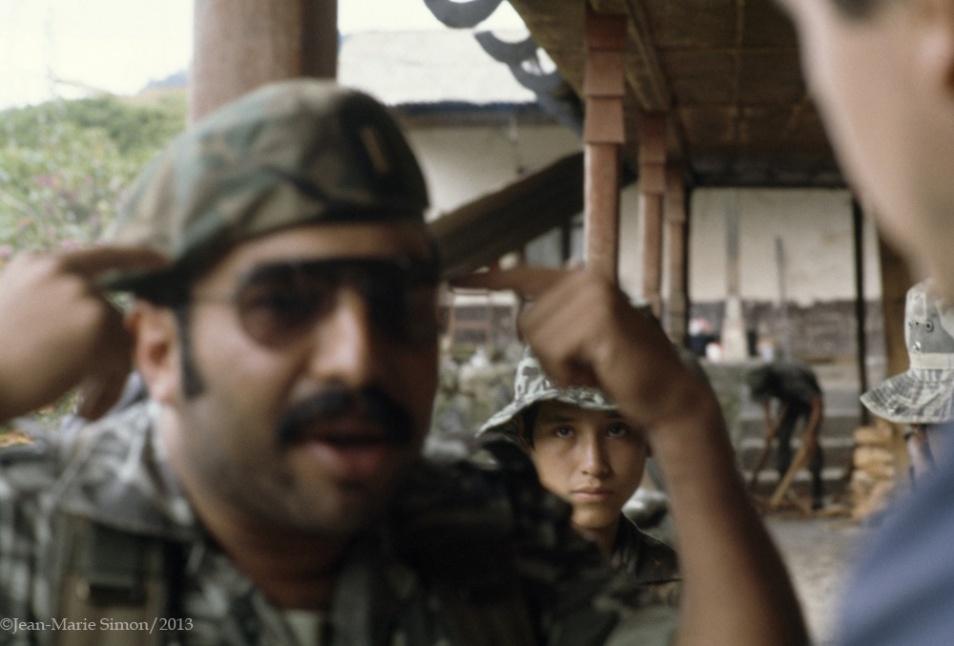 Romeo Sierra, comandante del destacamento de la Perla explica sobre comunismo a periodistas extranjeros.