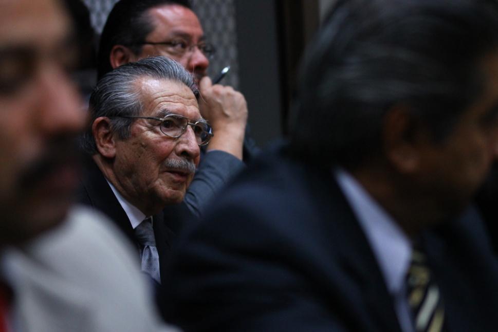 Rios Montt escucha a la defensa apelar tras el fallo del juez.