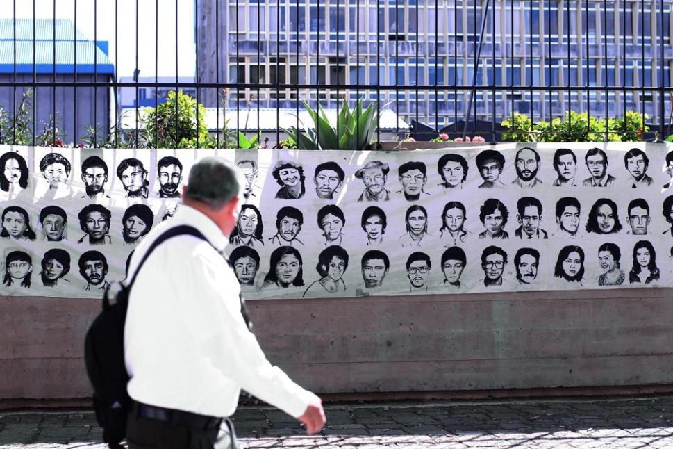 Los rostros de las víctimas del conflicto interno son una presencia constante en estos casos.