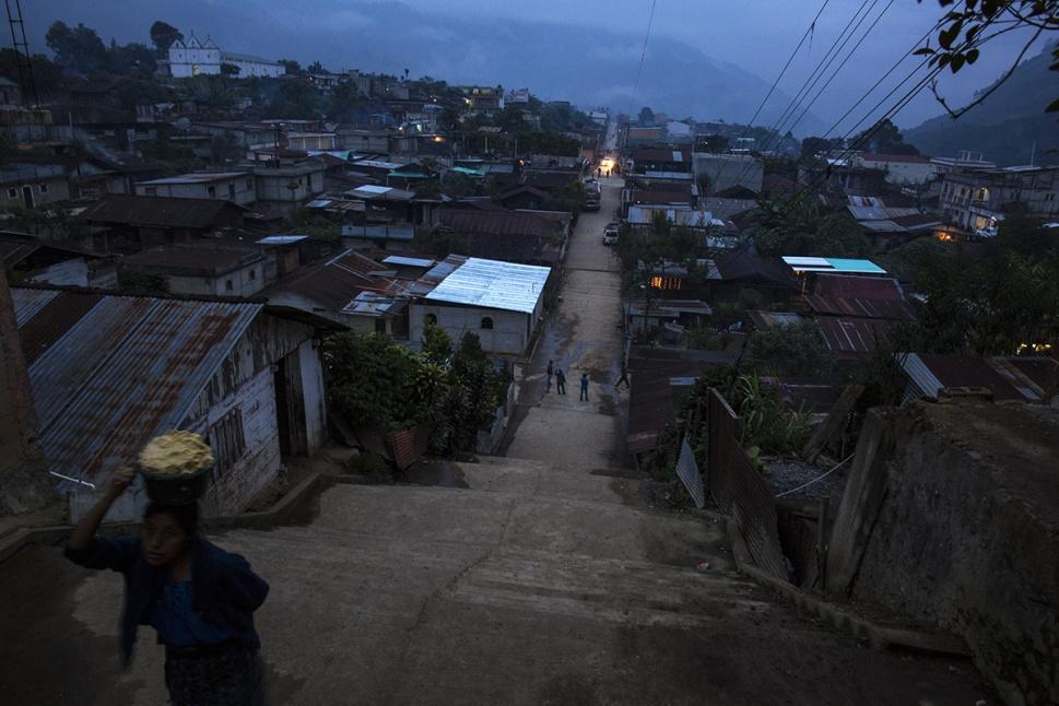Nacido como polo de concentración a principios de los años 80, Santa Avelina presenta la arquitectura típica de las aldeas modelos edificadas por el Ejército en toda el área ixil