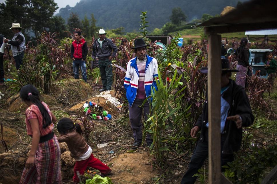 En el cementerio, Tomás Cavinal Toma, de 70 años, observa el entierro. Originario de la aldea Chachamá, perdió su esposa, Rosa Ramos Córdoba, a manos del Ejército, en 1982. Después de un día de trabajo en el campo, encontró el cadáver de la mujer ahorcado y tirado en el suelo