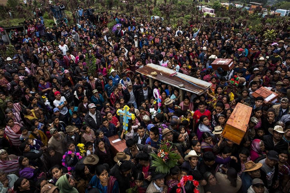Durante el entierro, la multitud se acumuló en el cementerio de Santa Avelina, frente a los nichos donde fueron colocados los ataúdes