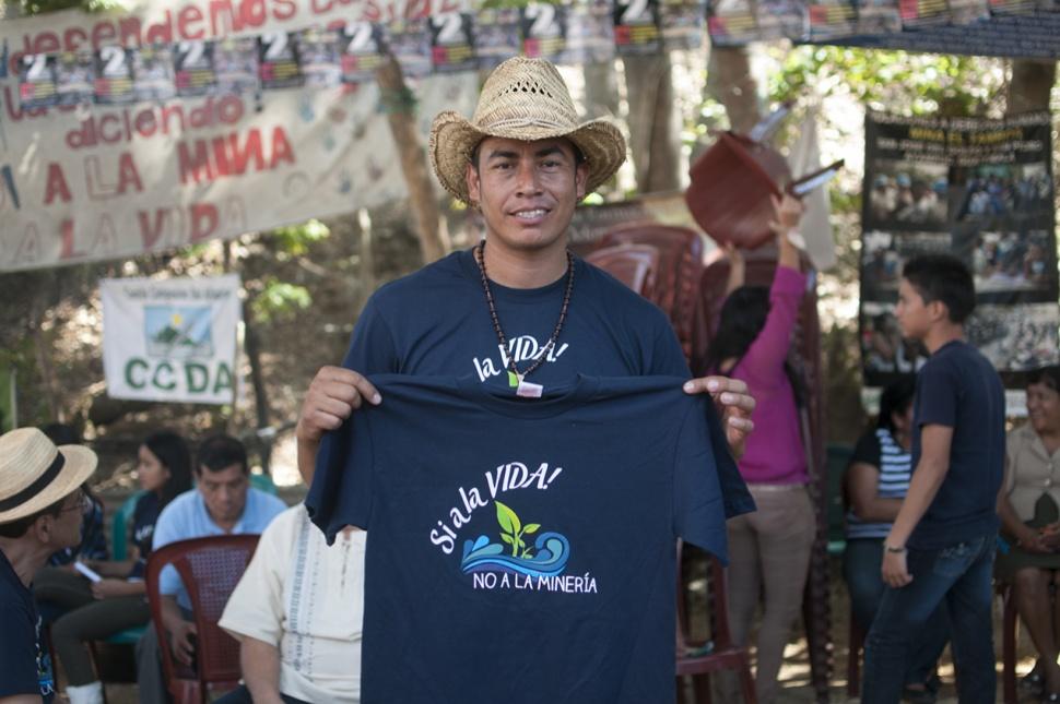 Por 25.00 quetzales vendían playeras. El dinero se donaría a la resistencia.