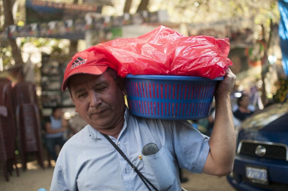 Un miembro de la resistencia lleva tortillas que donaron otros miembros de la comunidad.