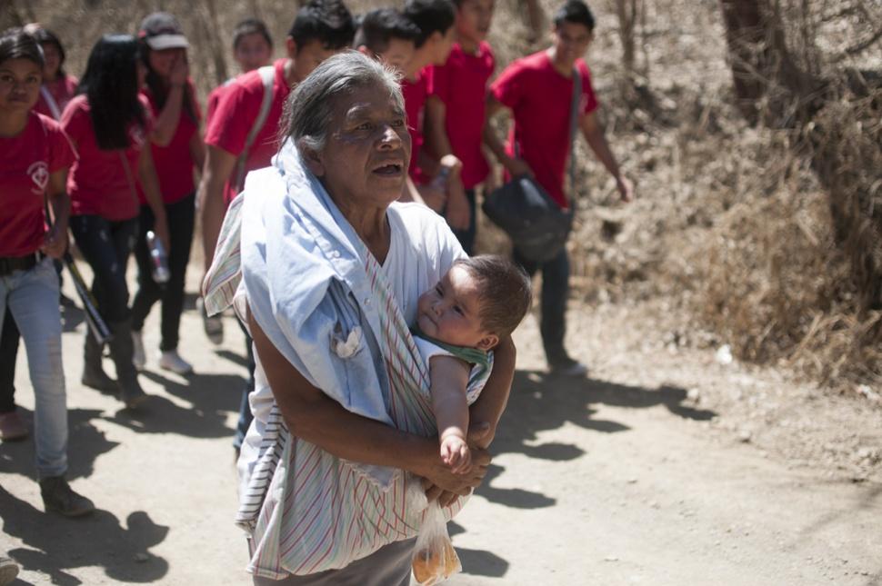 Personas de todas las edades realizaron una caminata para conmemorar los dos años de lucha no violenta.