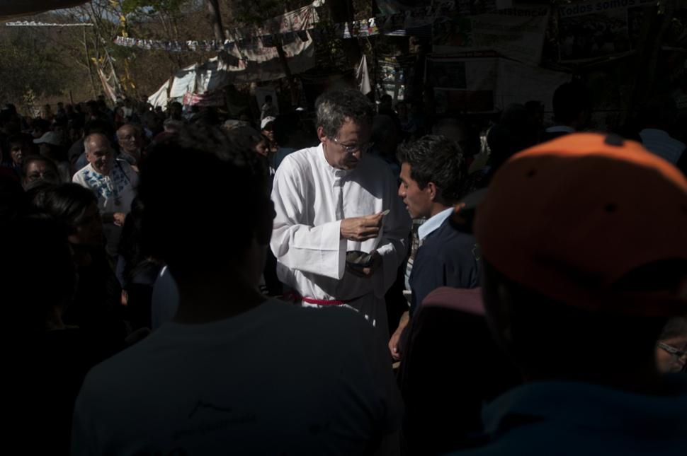 A La Puya han llegado sacerdotes a oficiar misa. Pastores de la iglesia evangélica también han llegado a acompañar los comunitarios. Por el segundo aniversario de La Puya realizaron una misa.