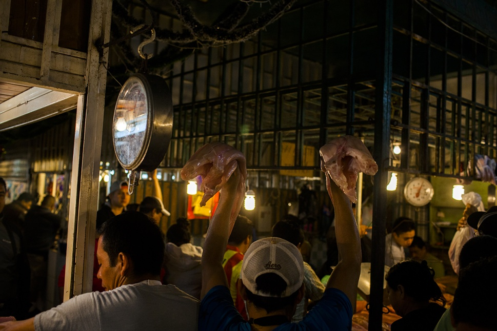 El pescado es uno de los primeros productos en llegar a las ventas del  mercado cubierto