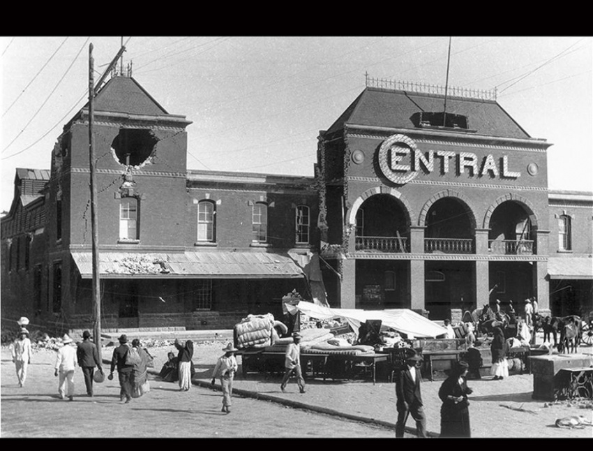 """""""Edificio de la Estación Central de Ferrocarril"""", Ciudad de Guatemala, 1917-1918. [Colección de Terremotos del 1917 y 1918. Fototeca Guatemala, CIRMA]"""