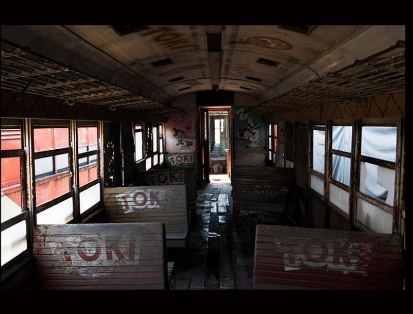 """Los restos de uno de los vagones del """"Tren de la Alegría"""". Ese proyecto fue promovido por las empresas Malher y Maggi, y llevaban gratuitamente a pasajeros desde la Estación Central de Guatemala al lago de Amatitlán todos los domingos en los últimos años de actividad del ferrocarril. [Simone Dalmasso]"""