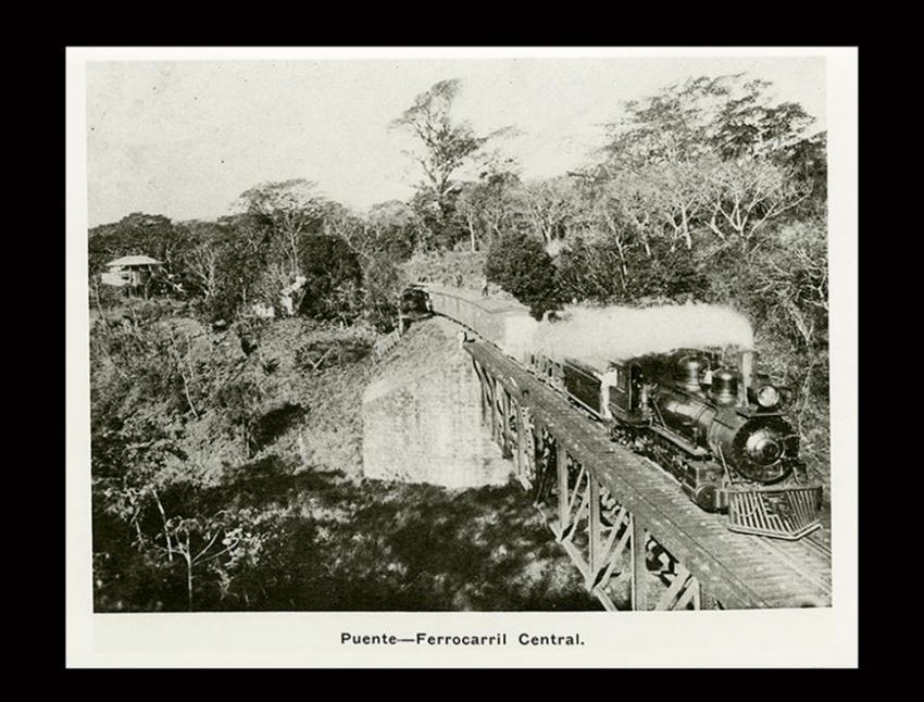 """""""Ferrocarril Central cruzando uno de los puentes"""". Guatemala, 1908. [Colección Álbum del Ferrocarril Interoceánico, Fototeca Guatemala, CIRMA]"""