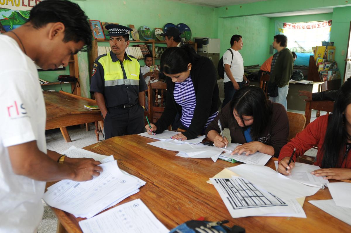 Un policía municipal acompaña a voluntarios en Tajumulco.