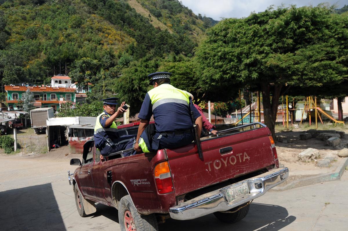 Agentes municipales brindan seguridad a voluntarios que realizarán encuestas en Tajumulco.