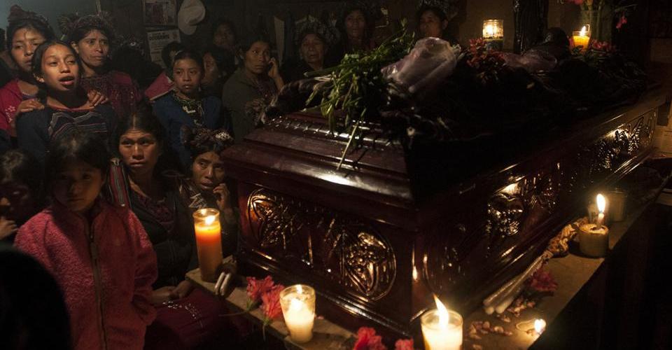 Familiares y amigos acompañan el cuerpo de Pedro Chávez Brito durante su funeral.