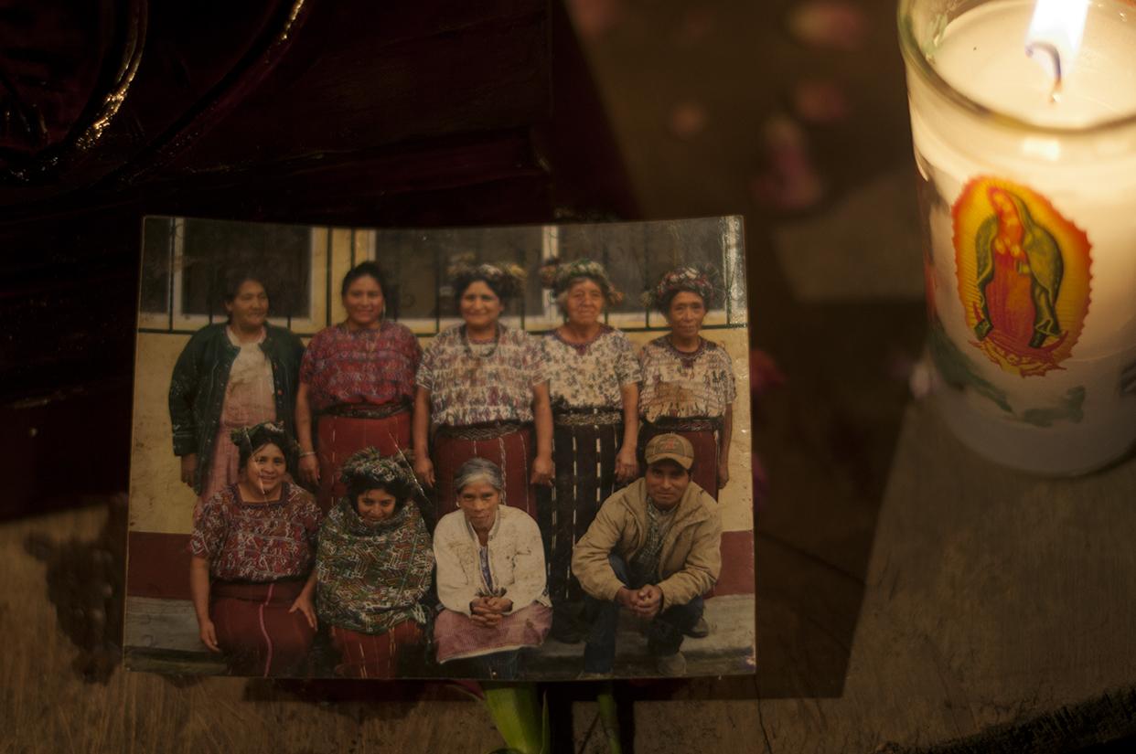 Pedro Chávez Brito junto a otras comadronas. El testigo asistía a mujeres en sus partos y curaba a los pequeños.
