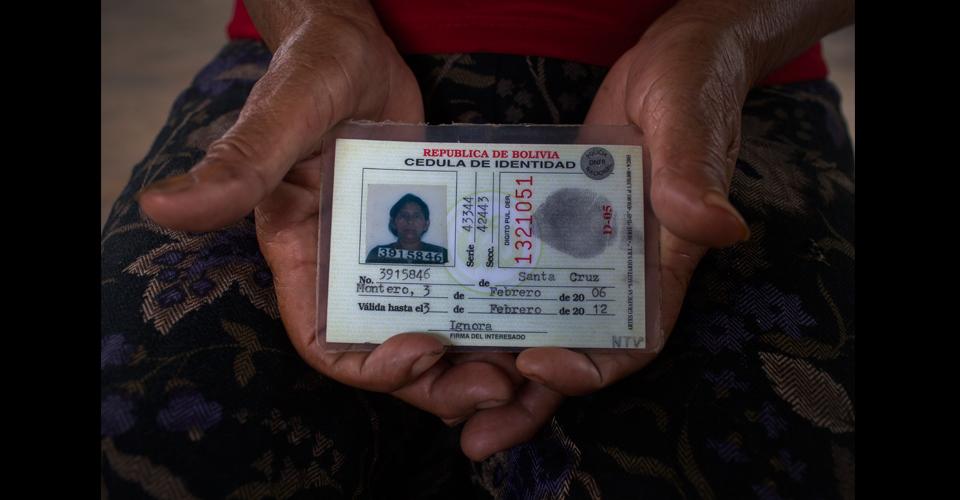 Reyna Pérez García, 72, originaria de El Rodeo, Chiquimula, enseña la cédula de identidad que poseía en Bolivia.