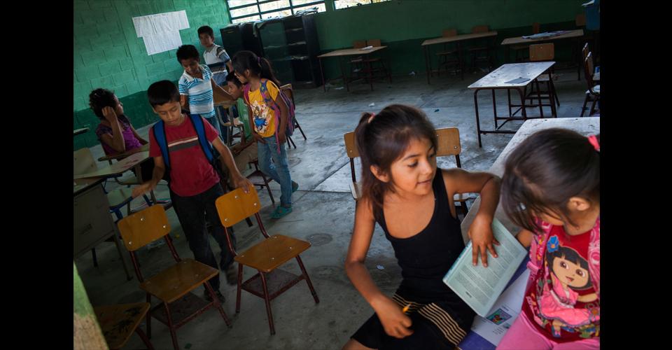 En el aula de primaria de la comunidad, los niños esperan en vano al maestro que, en promedio, imparte clases dos veces por semana
