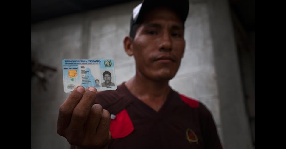 Un joven boliviano enseña el DPI falso que consiguió en el Renap de Río Dulce.