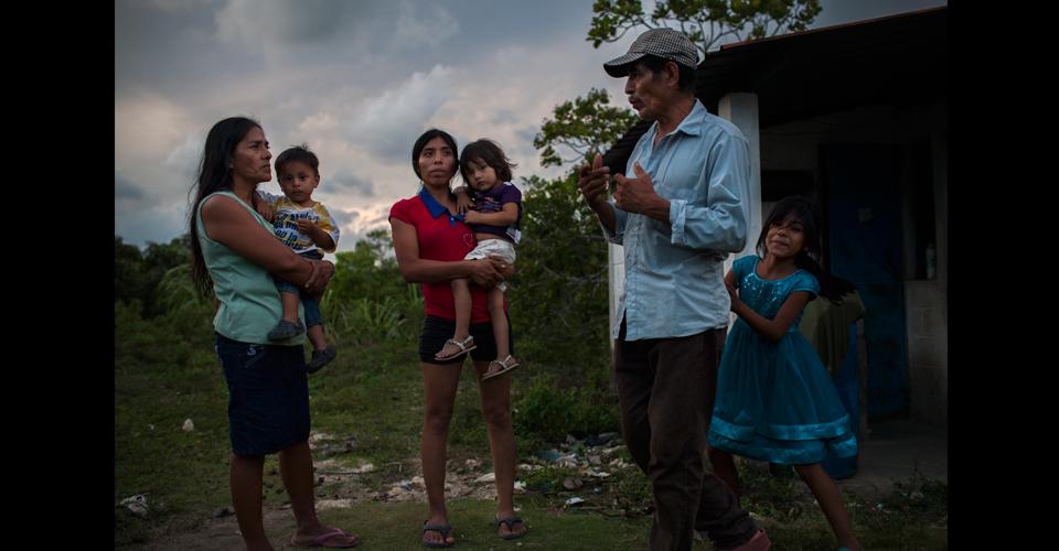 Manuel de Rosa Ramírez, 58, junto con su esposa Vilma Villeda, 51, su hija y tres nietos. María Luisa, a la derecha, se esconde detrás del abuelo. Para las autoridades ella no existe ya que todavía no ha recibido ningún documento de ciudadanía