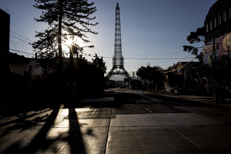 La Torre del Reformador, al atardecer, en la desolación del estado de toque de queda. Simone Dalmasso