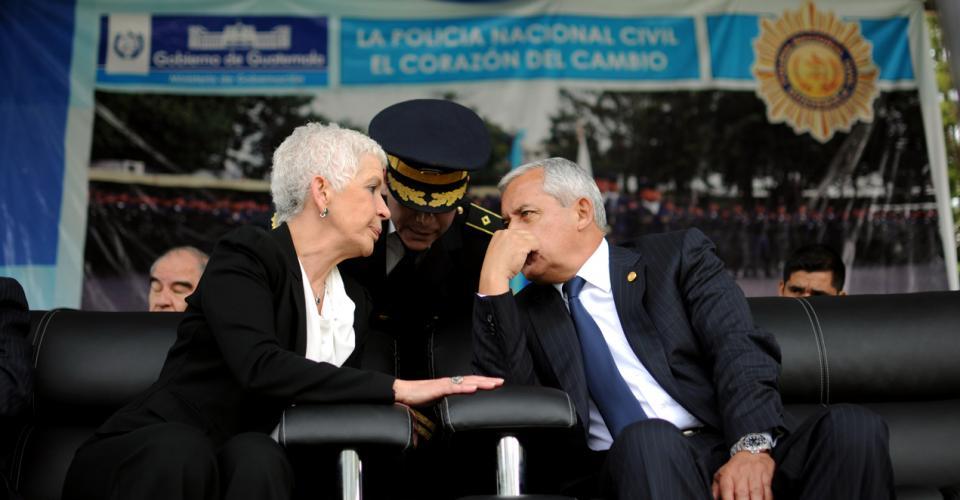 Adela de Torrebiarte, Mauricio López Bonilla y Otto Pérez Molina durante un acto de graduación de agentes de la PNC.