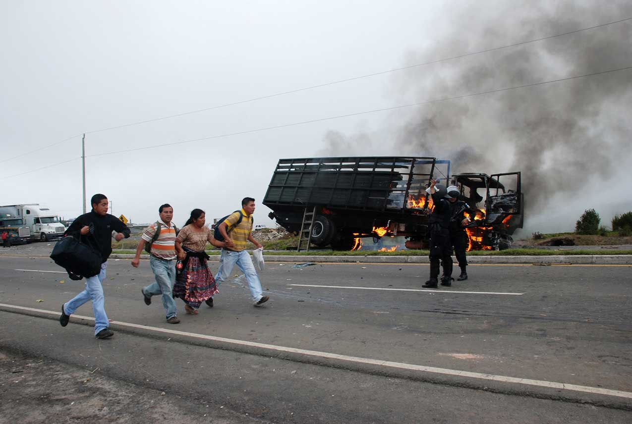 El camión que fue incendiado por supuestos manifestantes. Foto de EFE