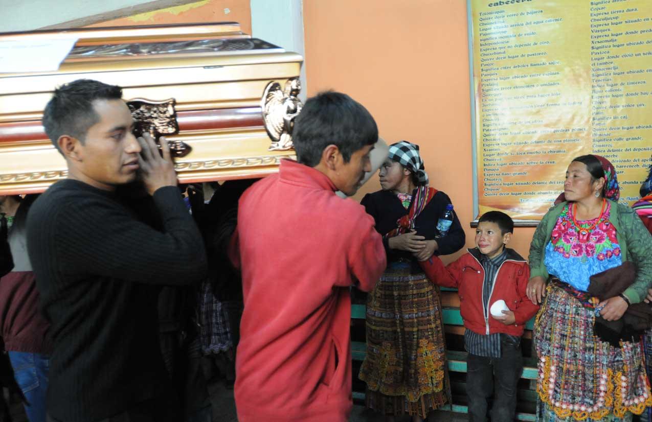 El cuerpo de Arturo Félix Sapón pasa frente a su familia.