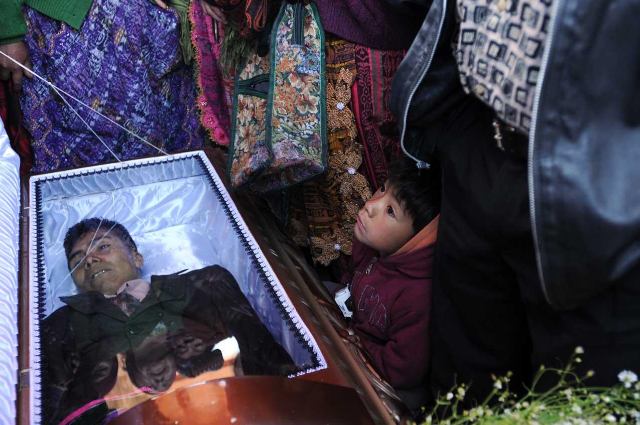 El hijo de Eusebio Puac y demás familiares le lloran durante el velorio.