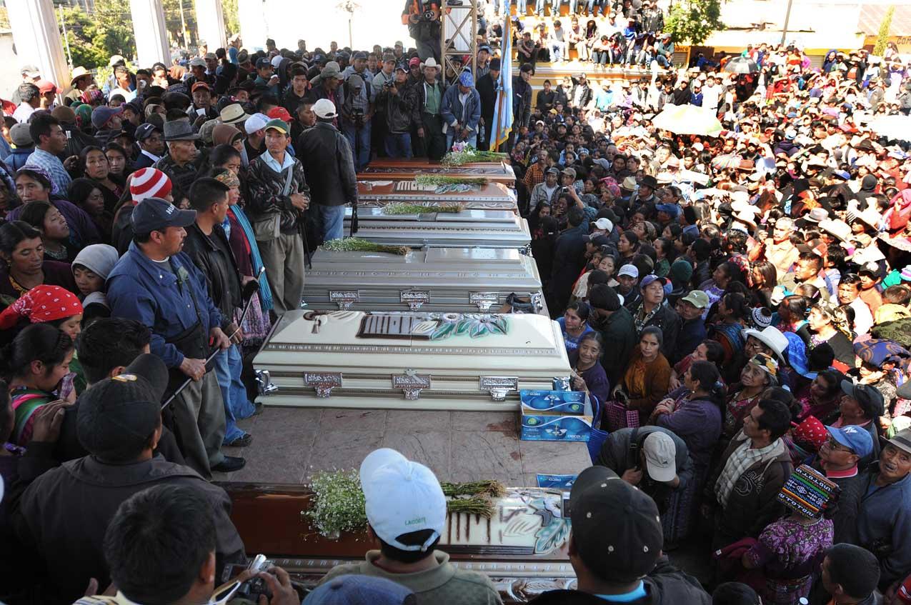 Cientos de personas despidieron a los seis hombres asesinados.