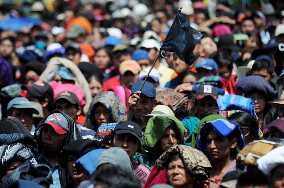 Manifestantes exigiendo justicia y cese de la represión contra los pueblos indígenas en Totonicapán a principios de octubre.