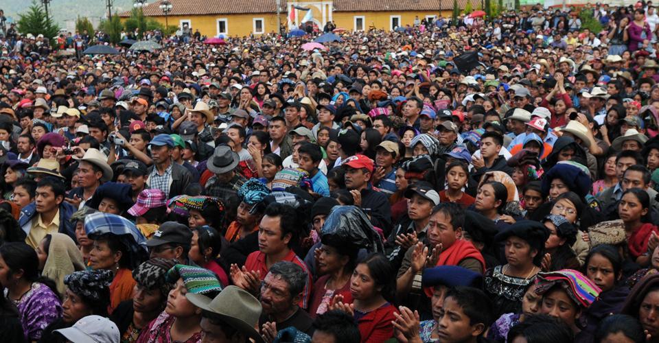 Miles de pobladores se concentraron en el Parque de San Miguel tras la masacre. Foto de archivo.