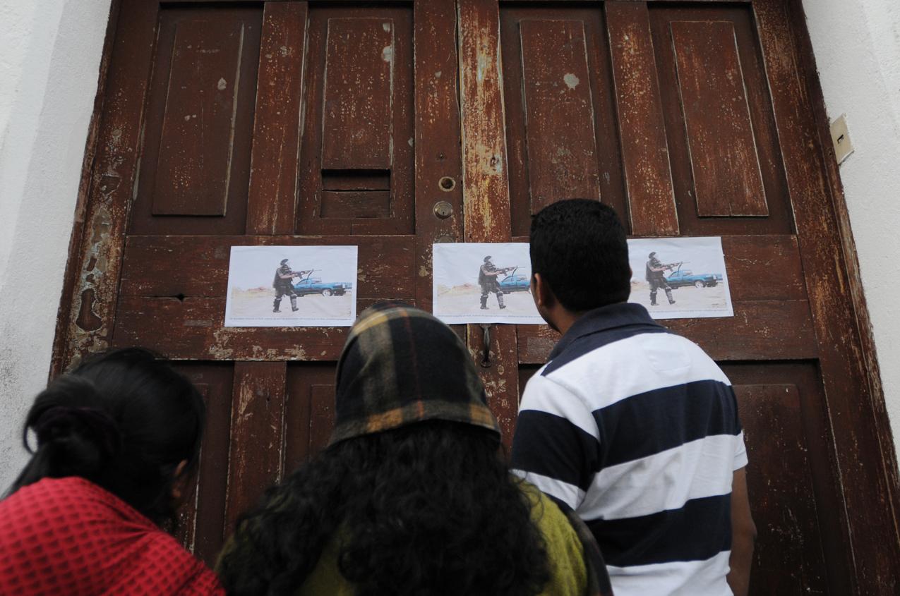 Varias copias con la imagen del soldado armado fueron pegadas en el centro de Totonicapán.
