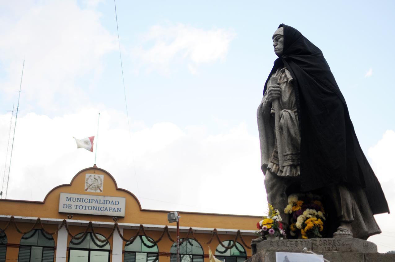 La estatua de Atanasio Tzul llevaba una capa negra.