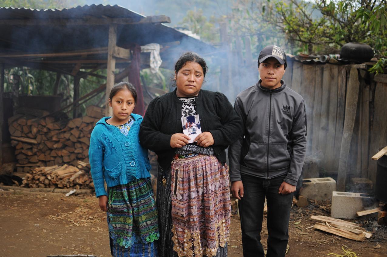 La viuda y dos de tres hijos de Jesús Caxaj.