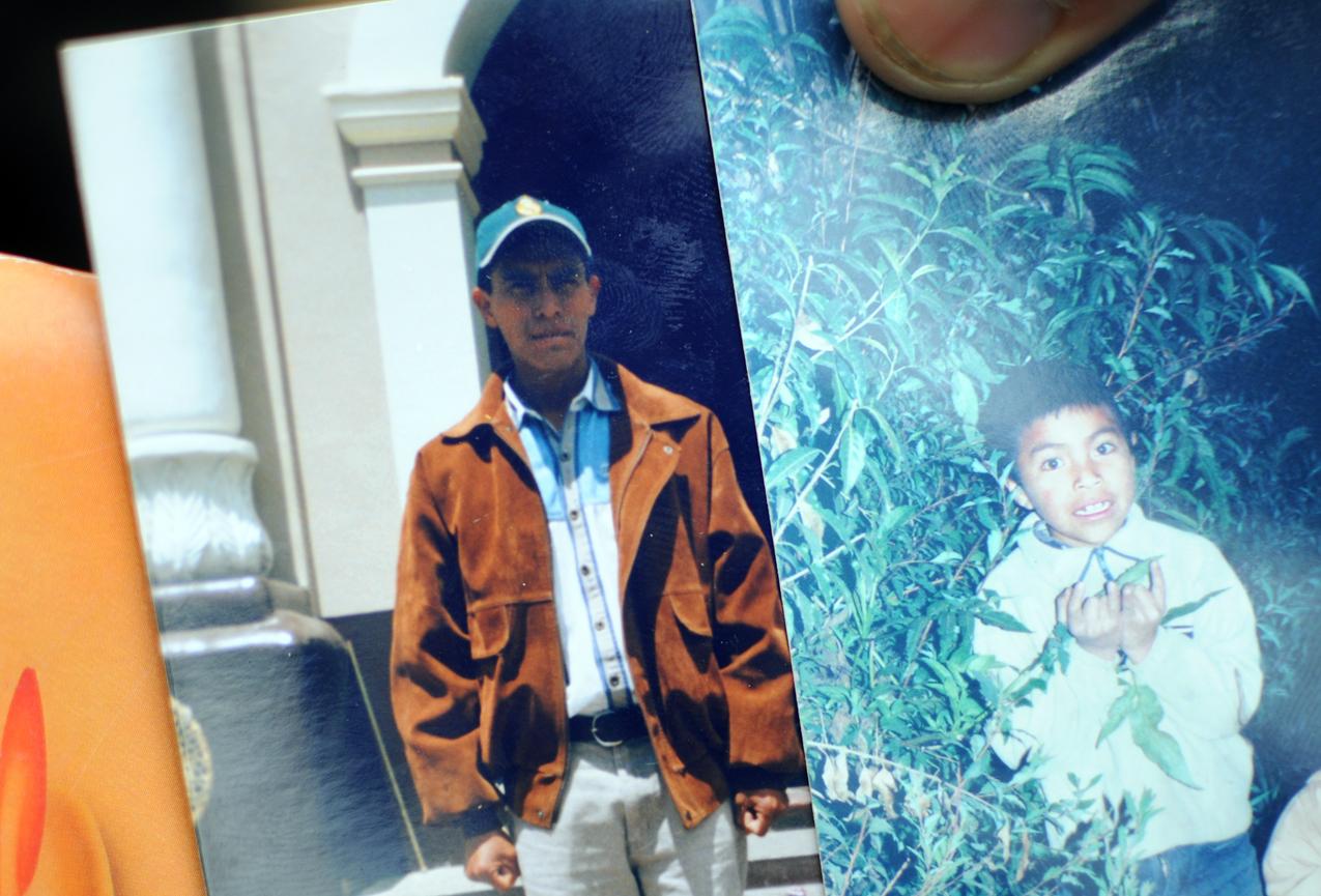 Jesús Caxaj y su hijo Santos, estudiante normalista.