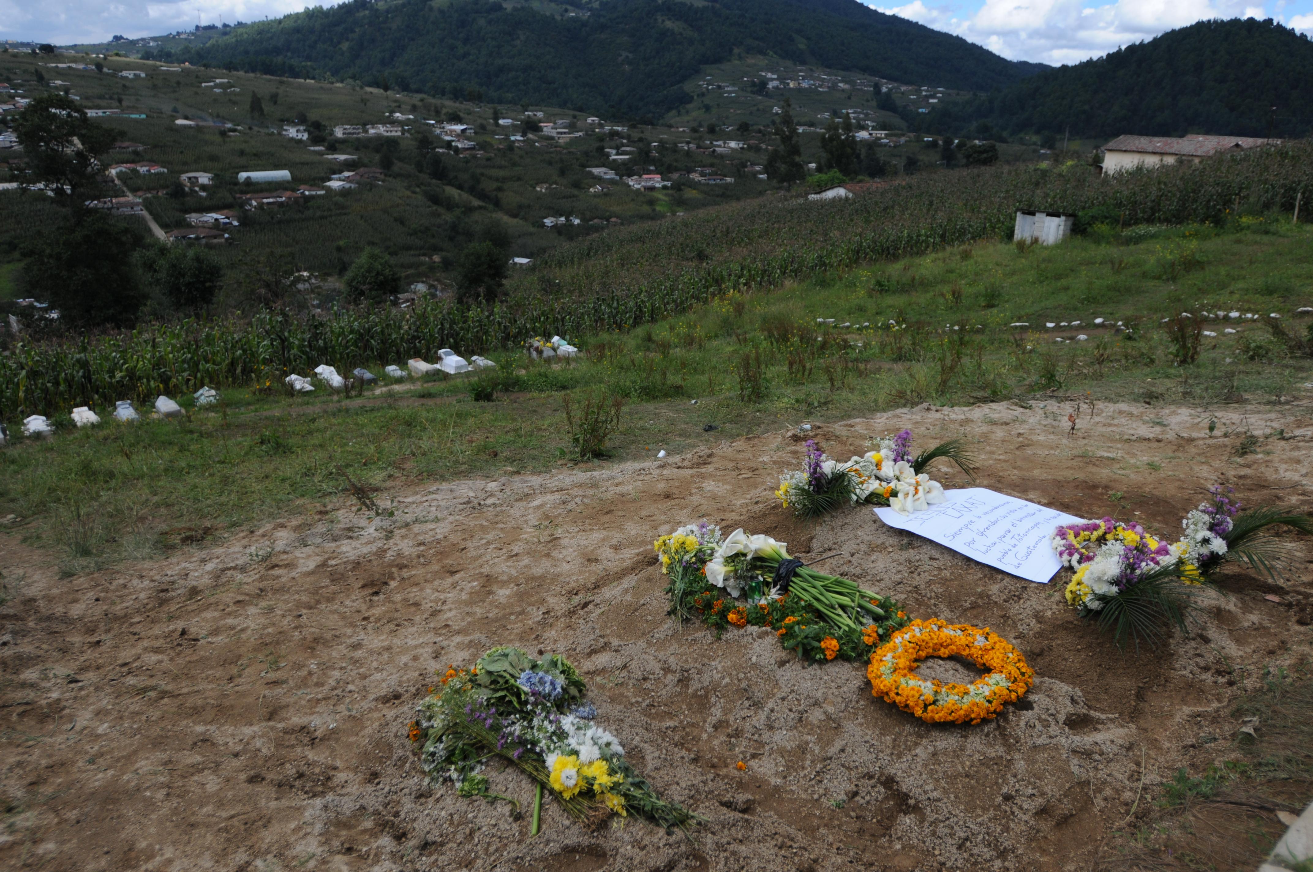 Tres tumbas para tres de las seis víctimas.
