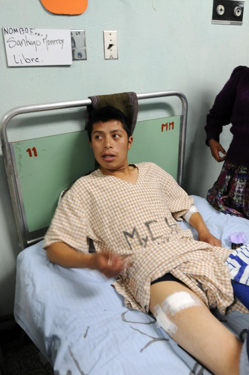 Foto de cuando Santiago Monroy, quien asistió al acto, estaba internado en el hospital de Totonicapán a causa de una herida de bala.
