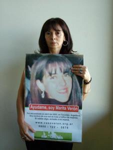 Susana Trimarco con un cartel de su desaparecida hija, Marita Verón   Crédito: Cortesía de Metrodelito