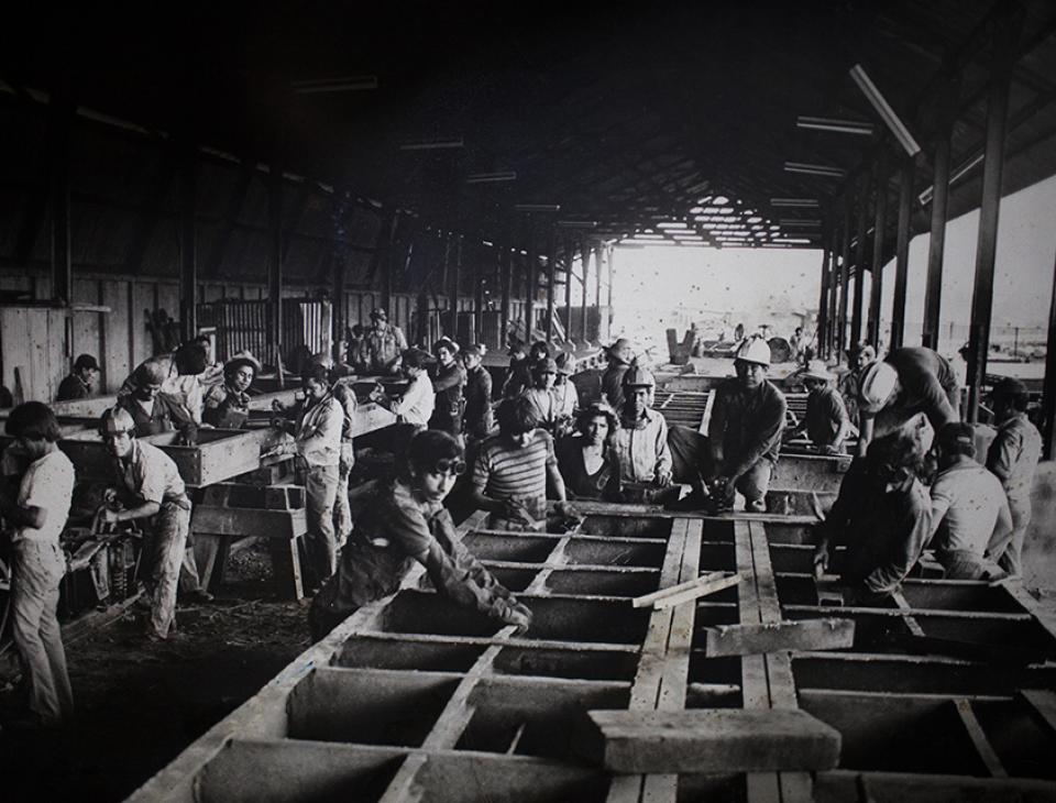 Carpinteros construyen una plataforma en Taller IRCA de Guatemala en 1930. [Museo del Ferrocarril]