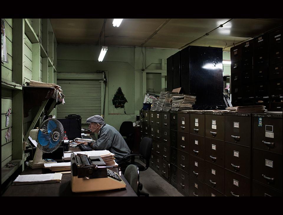 Fausto Enrique Aragón Reyes, de 85 años, en su trabajo de recopilación en las instalaciones del Museo del Ferrocarril. [Simone Dalmasso]
