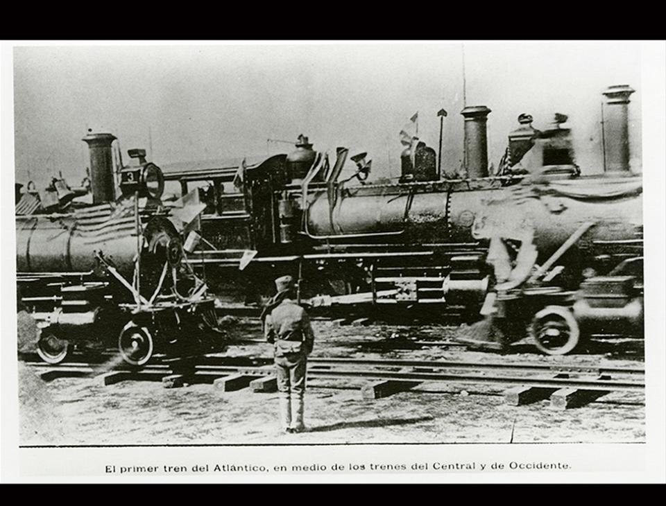 """""""El primer tren del Atlántico, en medio de los trenes del Central y de Occidente"""". Guatemala, 1908. [Anónimo. Colección Álbum del Ferrocarril Interoceánico, Fototeca Guatemala, CIRMA]"""