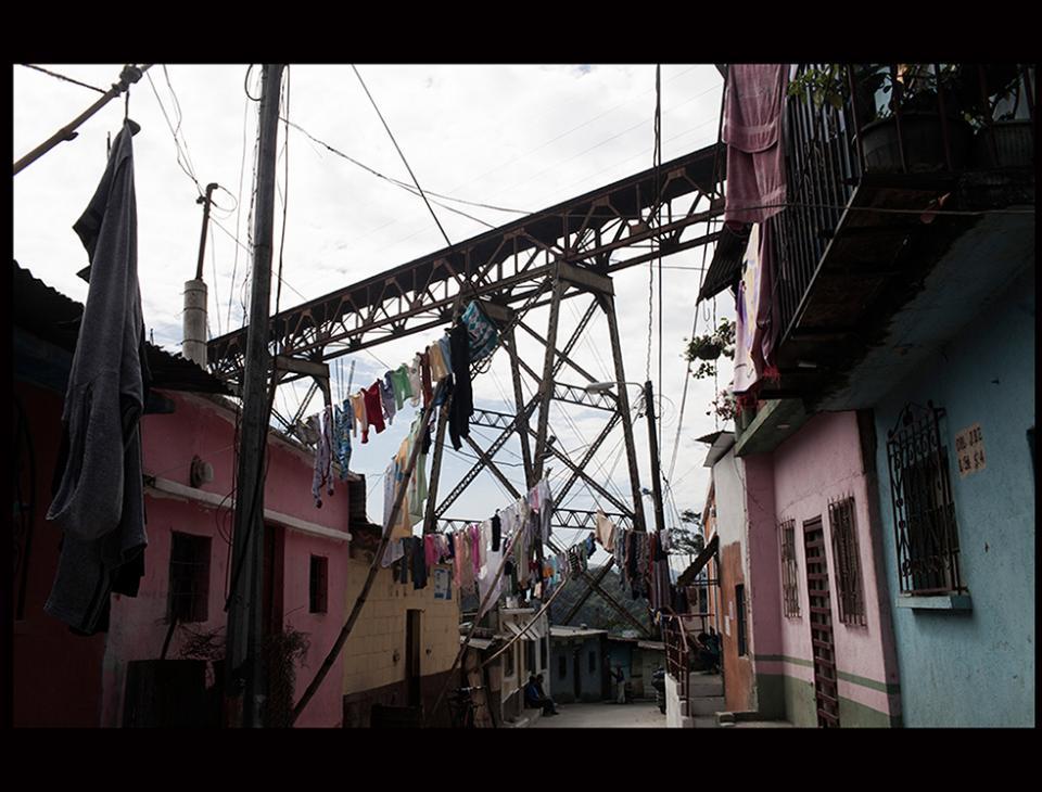 Asentamiento bajo el Puente Belice, zona 18, Ciudad de Guatemala. [Simone Dalmaso]