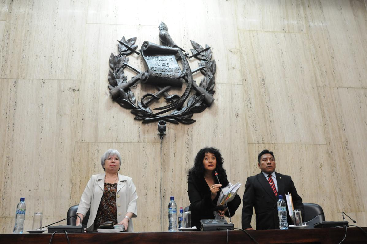 El Tribunal de Sentencia. La jueza Yassmín Barrios, presidenta, y los dos jueces que la acompañan, Pablo Xitimul y Patricia Bustamante. Fotografías de Sandra Sebastián