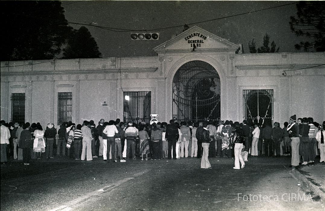 Familiares esperan fuera del Cementerio General, lugar donde se realizaban los fusilamientos.