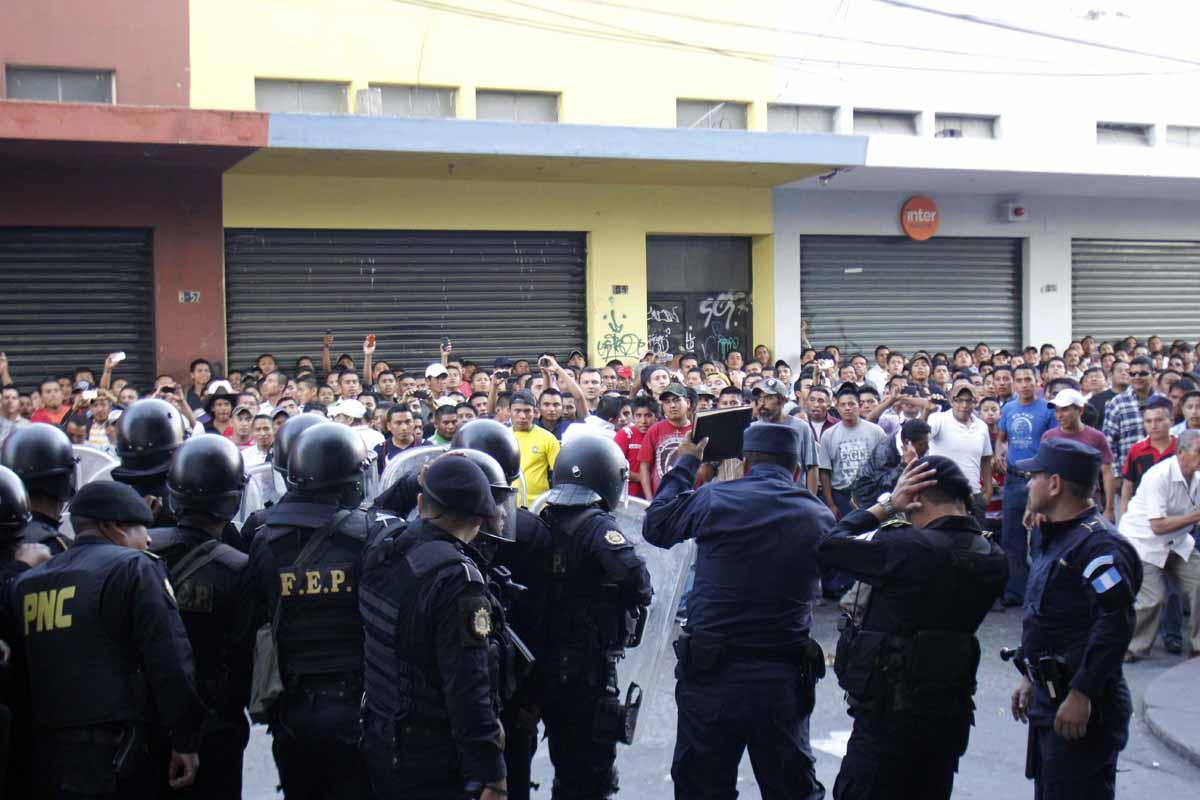 La turba se congregó frente al lugar donde se refugiaron los sospechosos.