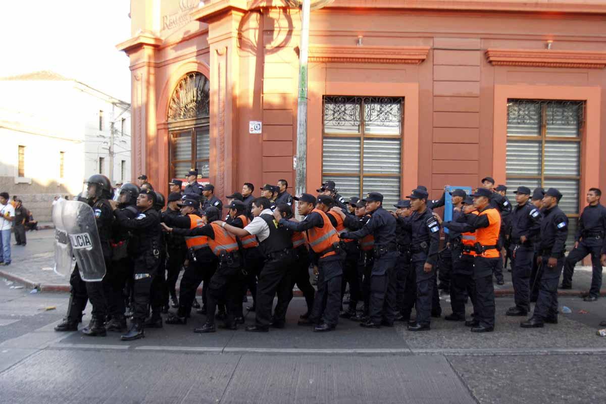 Agentes de la policía fueron atacados con piedras.
