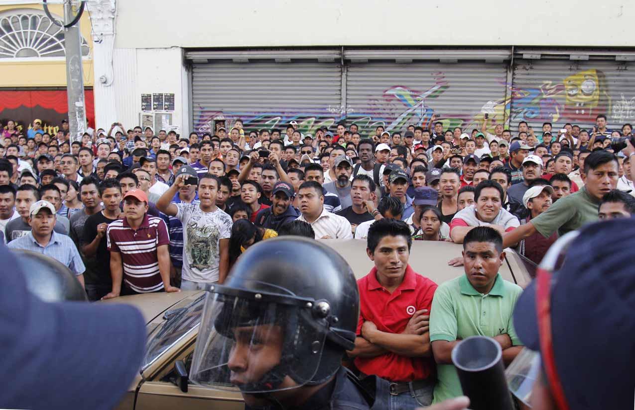 La multitud esperaba a que salieran los dos presuntos asaltantes.