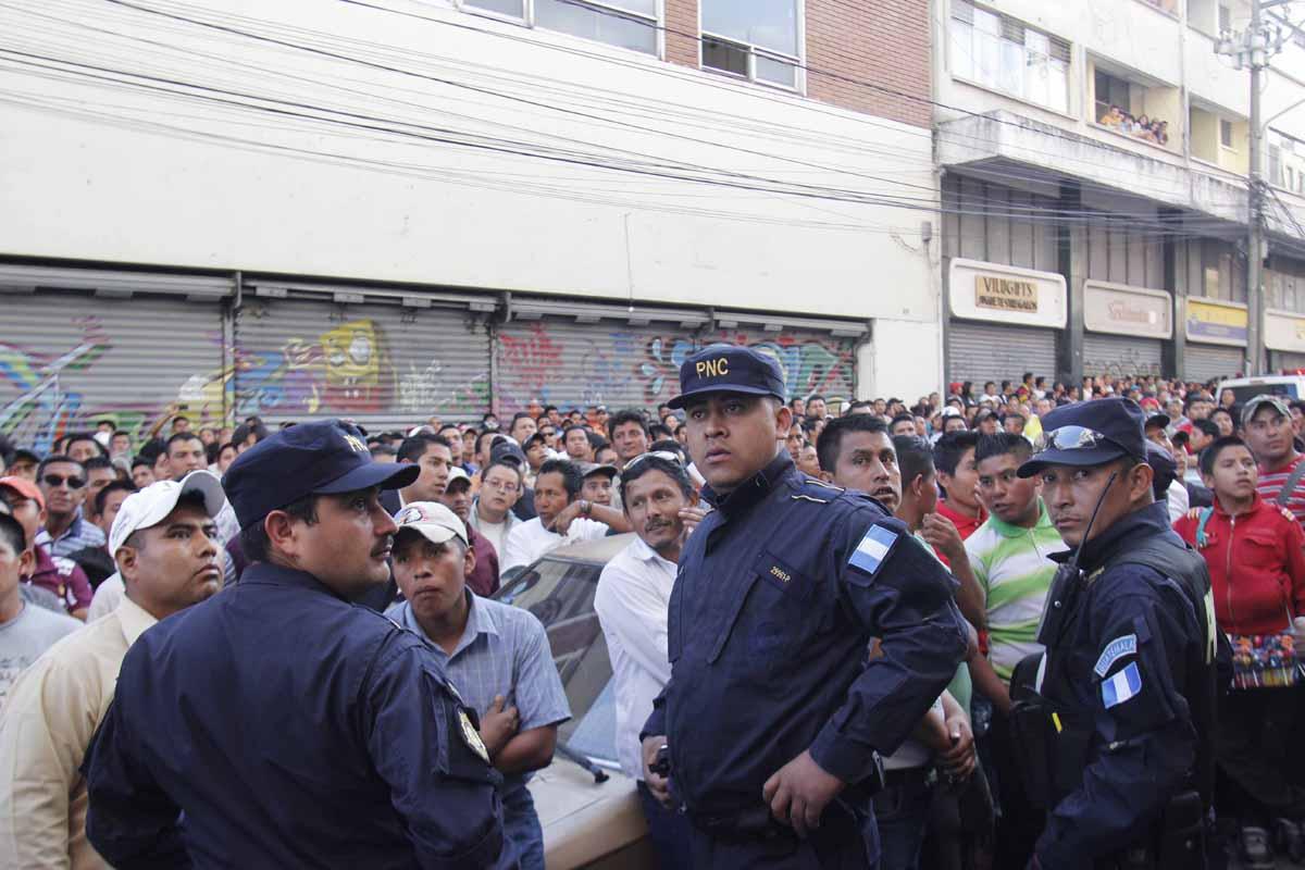 La policía resguardó la zona donde se escondieron los sospechosos.