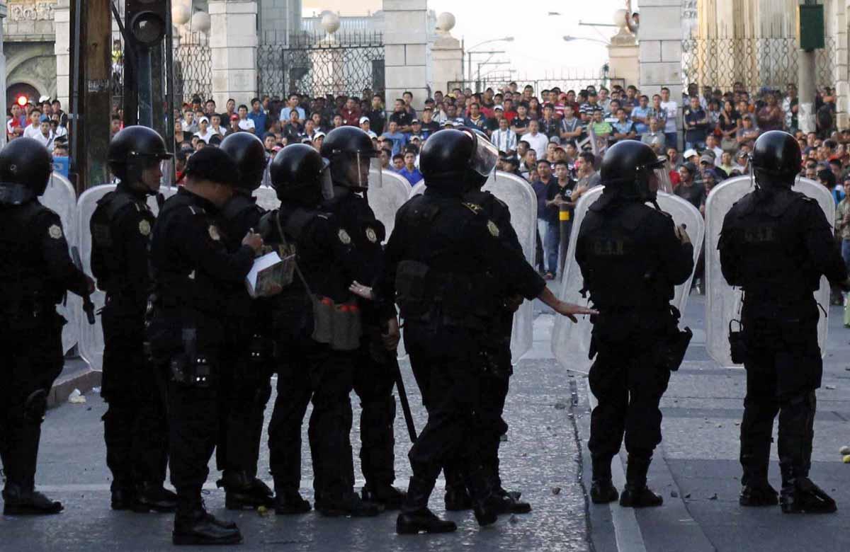 Los inconformes se enfrentaron con la policía.