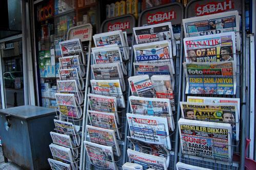 Periódicos a la venta en Estambul.  Crédito: Jillian Kestler-D'Amours/IPS